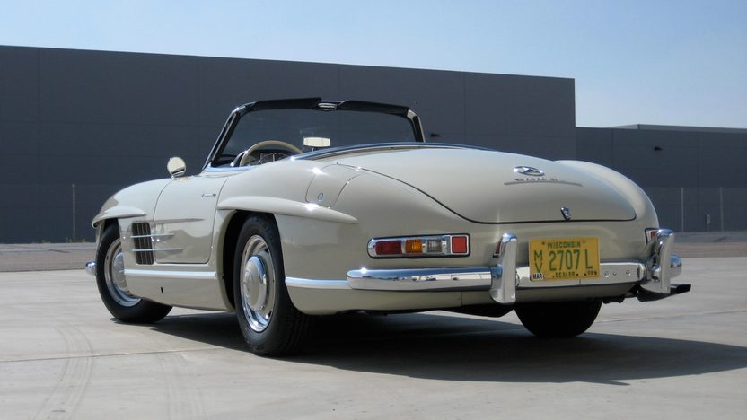 1961 Mercedes-Benz 300 SL Roadster presented as lot S85 at Monterey, CA 2011 - image12