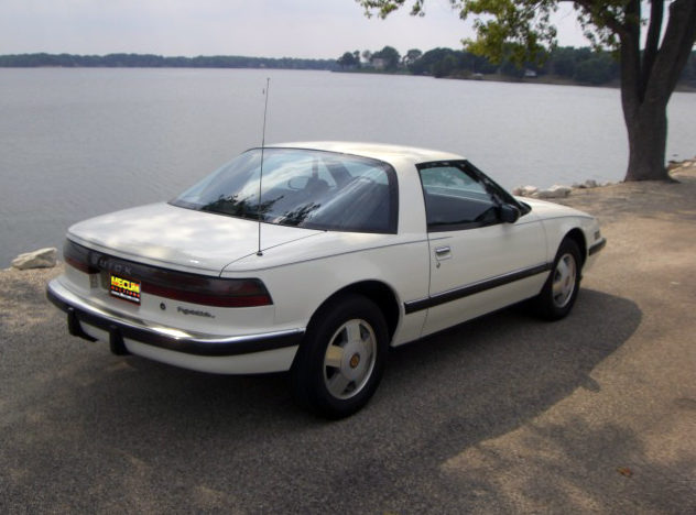 1989 Buick Reatta 3.8L, Automatic presented as lot T68 at St. Charles, IL 2011 - image3