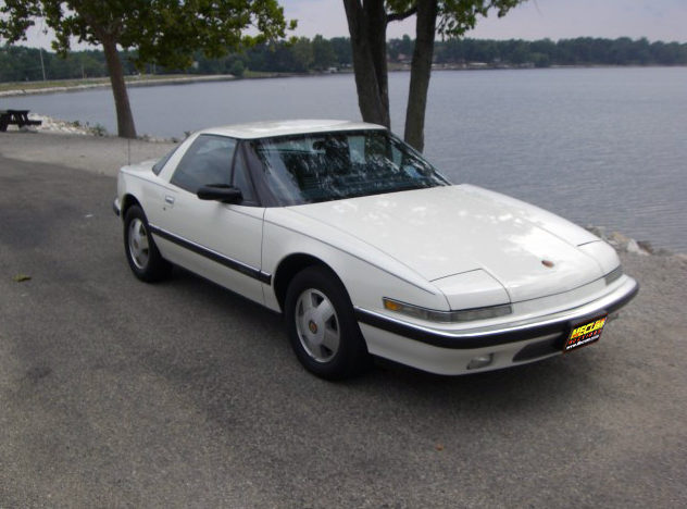 1989 Buick Reatta 3.8L, Automatic presented as lot T68 at St. Charles, IL 2011 - image4