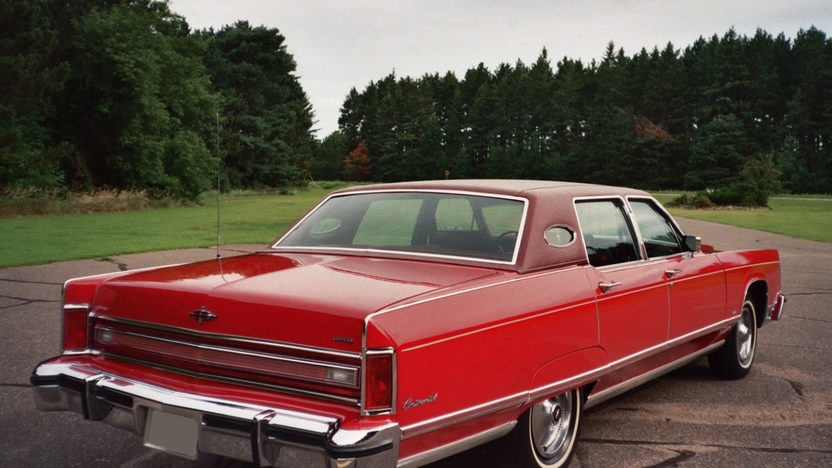 1976 Lincoln Town Car 4-Door Sedan 460 CI, Automatic presented as lot T95 at St. Charles, IL 2011 - image2