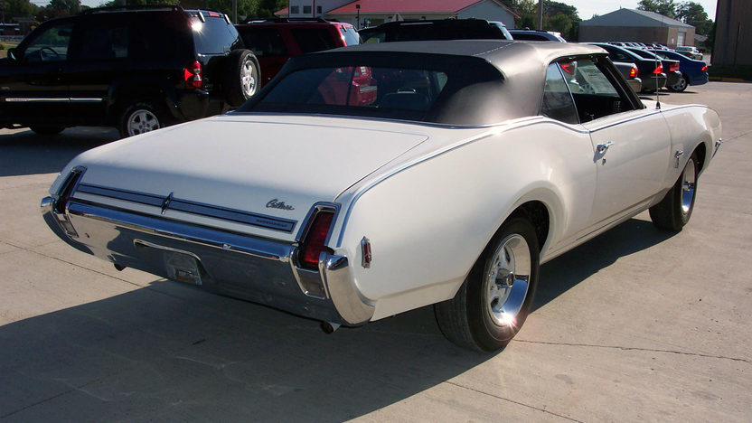 1969 Oldsmobile Cutlass Convertible 4-Speed presented as lot T131 at St. Charles, IL 2011 - image3