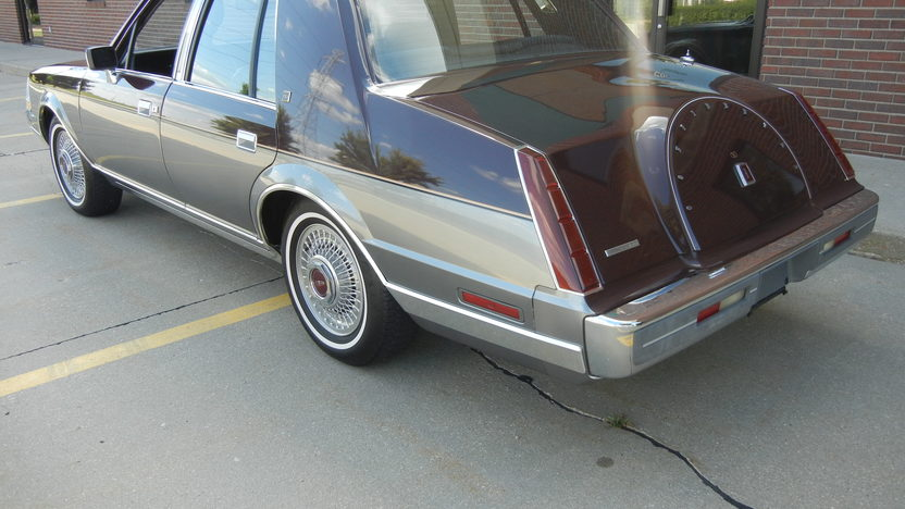 1984 Lincoln Continental 4-Door Sedan 302 CI, Automatic presented as lot F295 at St. Charles, IL 2011 - image3