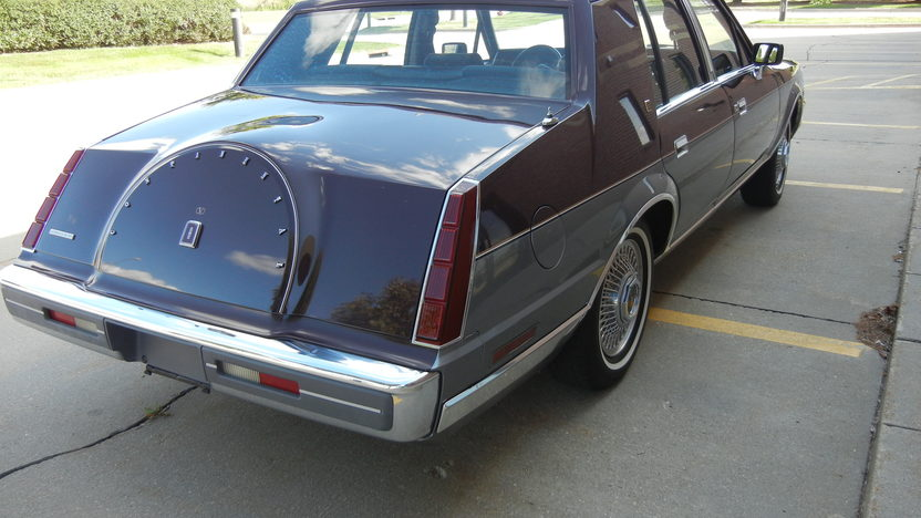 1984 Lincoln Continental 4-Door Sedan 302 CI, Automatic presented as lot F295 at St. Charles, IL 2011 - image5