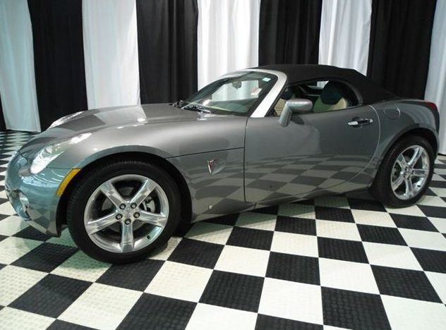 2006 Pontiac Solstice Convertible presented as lot U36 at St. Charles, IL 2011 - image2