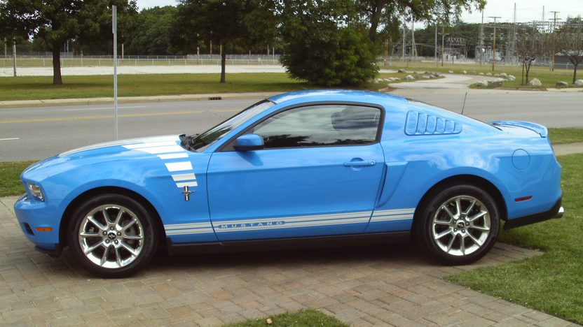 2010 Ford Mustang 5-Speed presented as lot U83 at St. Charles, IL 2011 - image2