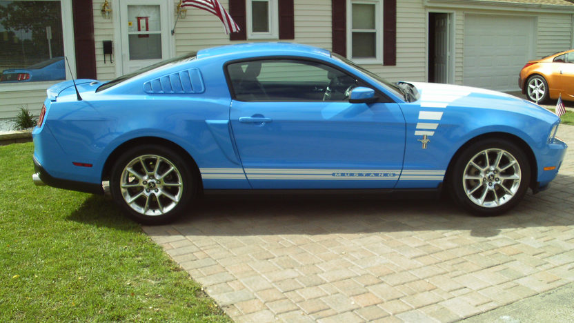 2010 Ford Mustang 5-Speed presented as lot U83 at St. Charles, IL 2011 - image4