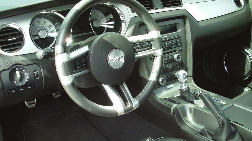 2010 Ford Mustang 5-Speed presented as lot U83 at St. Charles, IL 2011 - image6