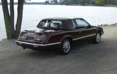 1991 Buick Riviera Coupe 3.8L, Automatic presented as lot T54 at St. Charles, IL 2011 - image2