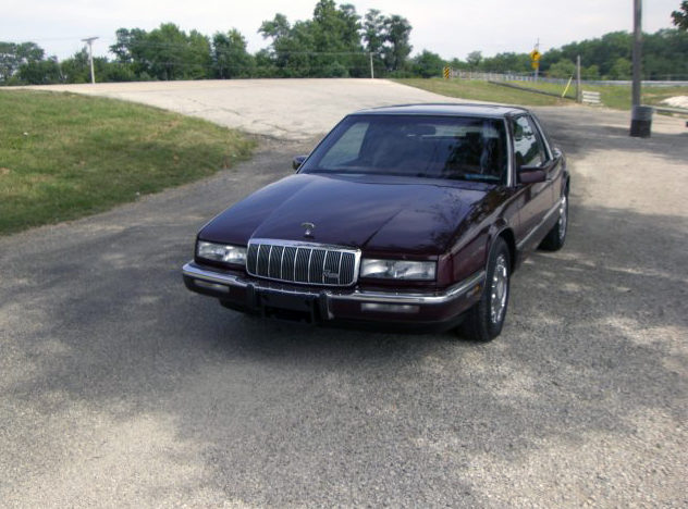1991 Buick Riviera Coupe 3.8L, Automatic presented as lot T54 at St. Charles, IL 2011 - image3