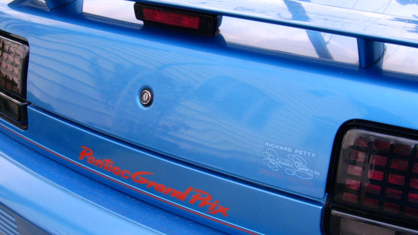 1992 Pontiac Grand Prix Richard Petty Edition 3-Speed Automatic presented as lot W33 at Kissimmee, FL 2011 - image5