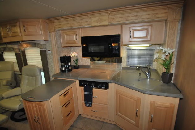 2006 Coachmen Cross Country SE Motorhome 300 HP presented as lot G338 at Kissimmee, FL 2012 - image4