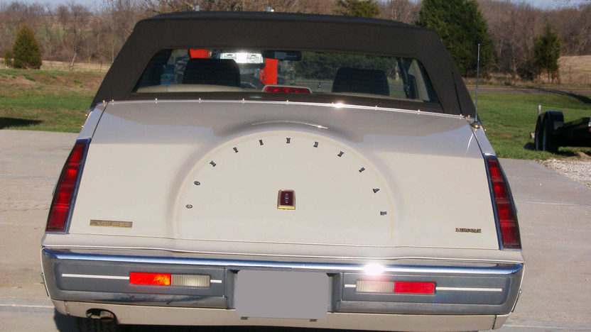 1987 Lincoln Continental 4-Door presented as lot S208 at Kansas City, MO 2010 - image3