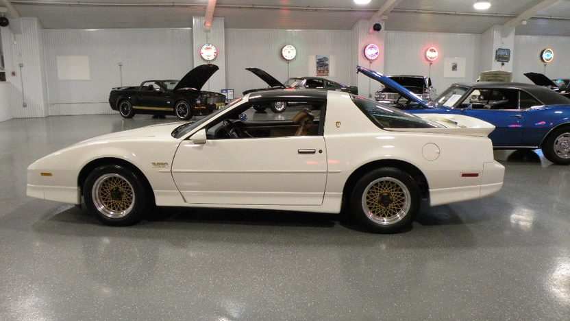1989 Pontiac Trans Am 2-Door 250 HP, Automatic presented as lot S111 at Kansas City, MO 2010 - image2