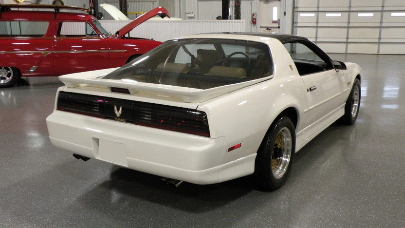1989 Pontiac Trans Am 2-Door 250 HP, Automatic presented as lot S111 at Kansas City, MO 2010 - image3