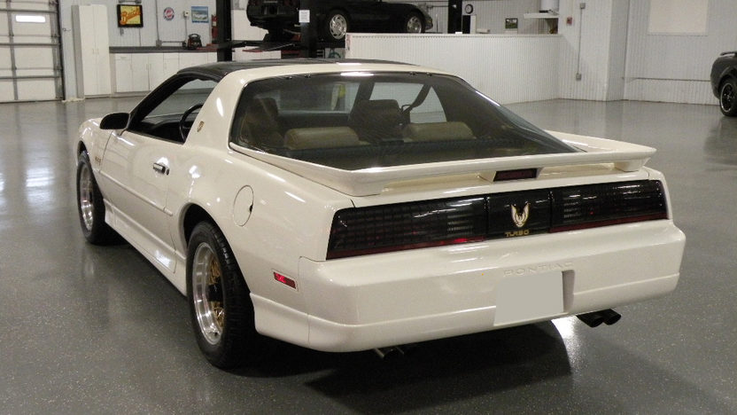 1989 Pontiac Trans Am 2-Door 250 HP, Automatic presented as lot S111 at Kansas City, MO 2010 - image6