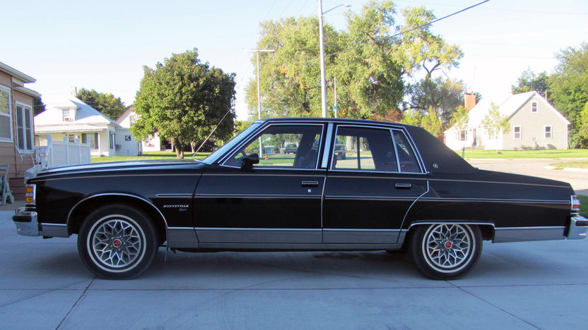 1979 Pontiac Bonneville 4-Door Sedan 301 CI, Automatic presented as lot T103 at Kansas City, MO 2011 - image2