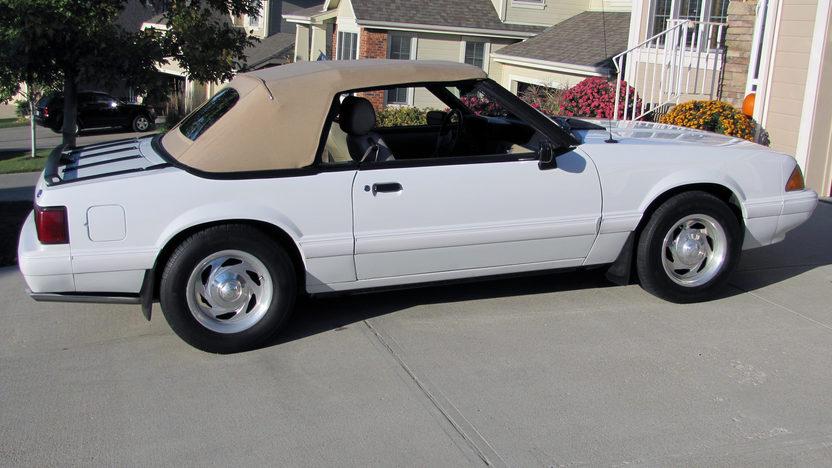 1989 Ford Mustang LX Convertible 5.0L, Automatic presented as lot T215 at Kansas City, MO 2011 - image2