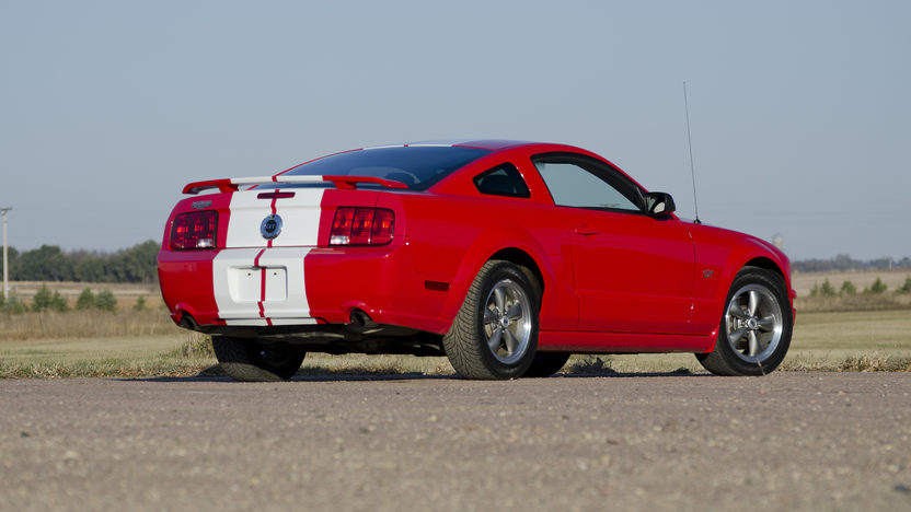 2005 Ford Mustang GT 4.6/300 HP, 5-Speed presented as lot F194 at Kansas City, MO 2011 - image3