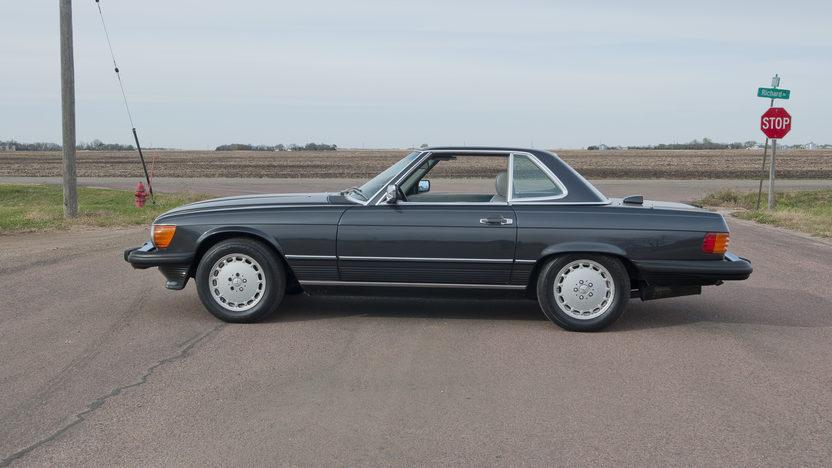 1986 Mercedes-Benz 560 SL Convertible 5.6L, Automatic presented as lot F190 at Kansas City, MO 2011 - image2