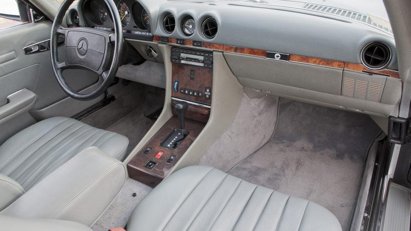 1986 Mercedes-Benz 560 SL Convertible 5.6L, Automatic presented as lot F190 at Kansas City, MO 2011 - image4