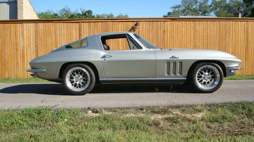 1966 Chevrolet Corvette Coupe 427/550 HP, 6-speed presented as lot F114 at Indianapolis, IN 2009 - image2