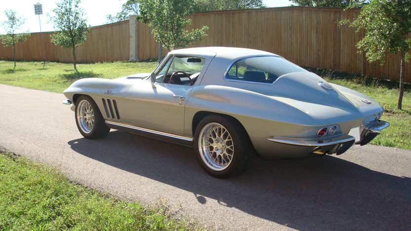 1966 Chevrolet Corvette Coupe 427/550 HP, 6-speed presented as lot F114 at Indianapolis, IN 2009 - image3