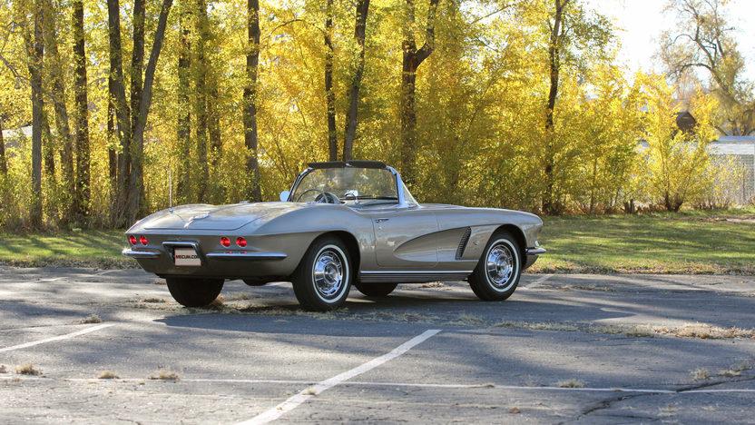 1962 Chevrolet Corvette Fuelie 327/360 HP, 4-Speed presented as lot S203 at Indianapolis, IN 2013 - image3